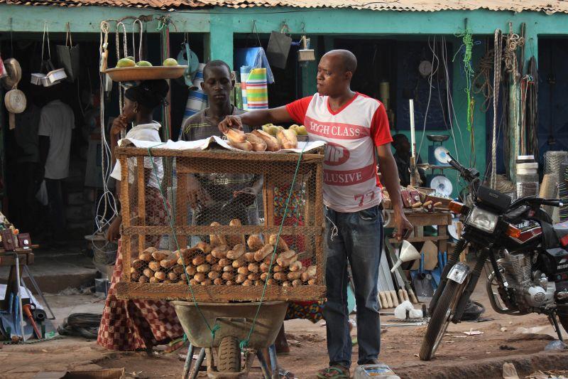 mercato di gabu un uomo vende il pane in una gabbia appoggiata su una carriola durante il nostro viaggio in guinea bissau con aifo per formare i migranti di ritorno