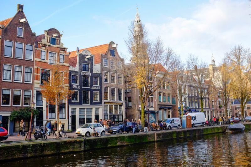 case colorate affacciate su un canale di Amsterdam