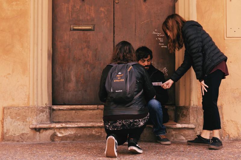 persone per strada distribuiscono materiale informativo su epatite c e progetto stop hcv